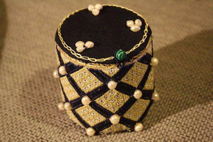 Pudełko haftowane jedwabiem, ozdobione perłami naturalnymi. Ani ;)