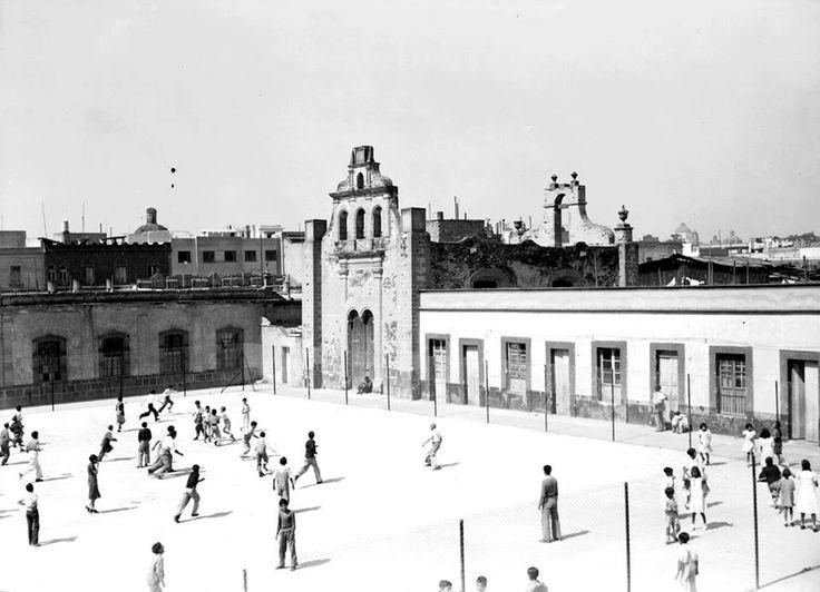 Plaza de Santa Paula en 1938. Al fondo se ve  la capilla dedicada a San Ignacio de Loyola que alguna vez estuvo al centro del cementerio de Santa Paula; es decir, todo el entorno aquí captado en su momento formó parte del panteón. Con la ampliación del Paseo de la Reforma a mediados de los sesenta, este espacio desapareció, quedando en pie sólo parte del edificio que se ve a la izquierda.
