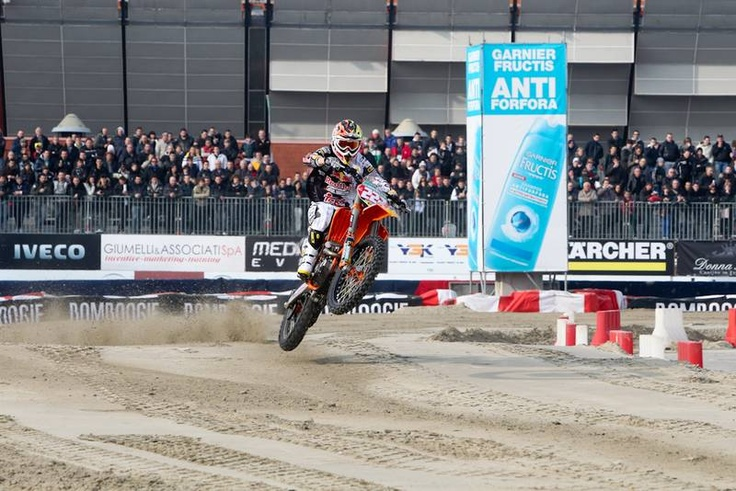 @Antoniocairoli heating up the crowded #MotorSport Arena @ MotorShowBo 2011!