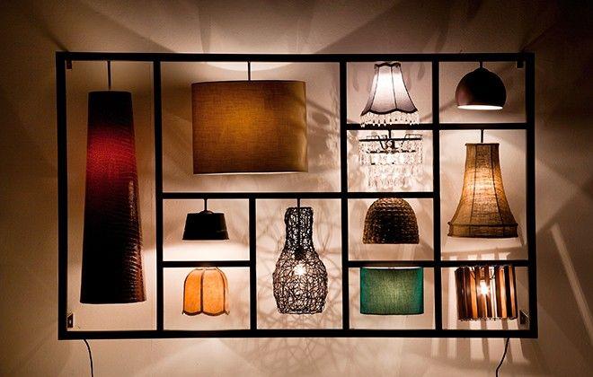 Una lampada da parete non convenzionale in un mix di stili. La lampada Parecchi Art House crea l'impressione generale un'opera d'arte. È l'innovativa alternativa alle pareti colorate, alla carta da parati o dipinti. Come una gemma è sia una fonte di luce che un oggetto d'arte. Grazie alle sue dimensioni questa lampada non solo è imponente, ma decora la parete sopra il divano o trasforma il vostro corridoio migliorando lo stile della vostra casa. I dodici singoli paralumi attirano…