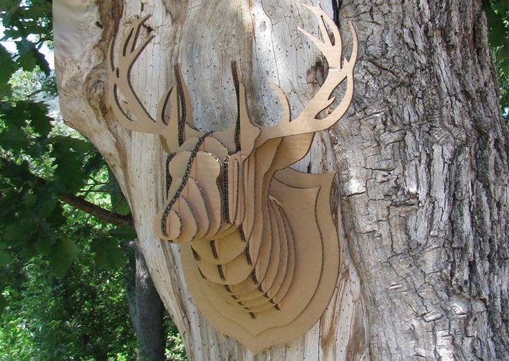Trophée Cerf en carton - les têtes d'animaux en carton s'accrochent aux murs. les trophées d'animaux en carton recyclé de Sebastien Guyon.