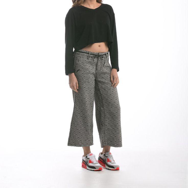 Pantalone premium in tessuto jacquard, larghezza sopra le caviglie, gamba ampia. 43% poliestere, 35% cotone, 22% rayon #abbigliamento #blakshop #donna