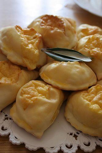 Ricetta per preparare i fiadoni, un salato tipico della tradizione abruzzese che si prepara il occasione delle festività pasquali e che va benissimo anche per il picnic di pasquetta - Da buttalapasta.it