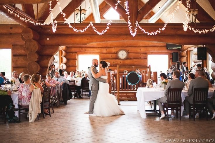 The Pine Valley Chalet is ideally located at the Chicopee Tube Park in Kitchener. Its rustic interiors and the serene ambience it is surrounded by make it the ideal wedding venue. Besides, the contrast of this café-au-lait chalet in the middle of