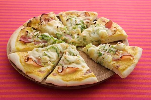 子どもにも大人にも人気、ベーコンと長ねぎのカレーマヨピザ。/もっちり手打ちパスタ&手作り生地のあつあつピザ(「はんど&はあと」2013年3月号)