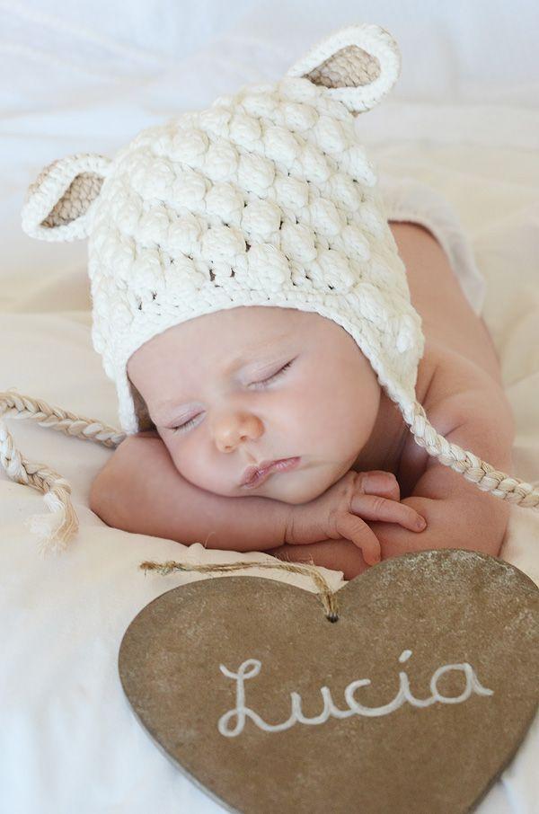 Este gorro oveja está hecho a mano y es ideal para una sesión profesional de fotografía infantil.