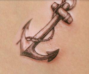 ANCORA Il tatuaggio che meglio ti rappresenta è quello di una scritta. Tatuaggio vintage, quello dell'ancora è di grande significato simbolico. Rappresenta la determinazione e la forza, nonché la capacità di resistere e far fronte ai problemi della vita, ma è anche simbolo di stabilità, felicità, fedeltà, speranza e salvezza.