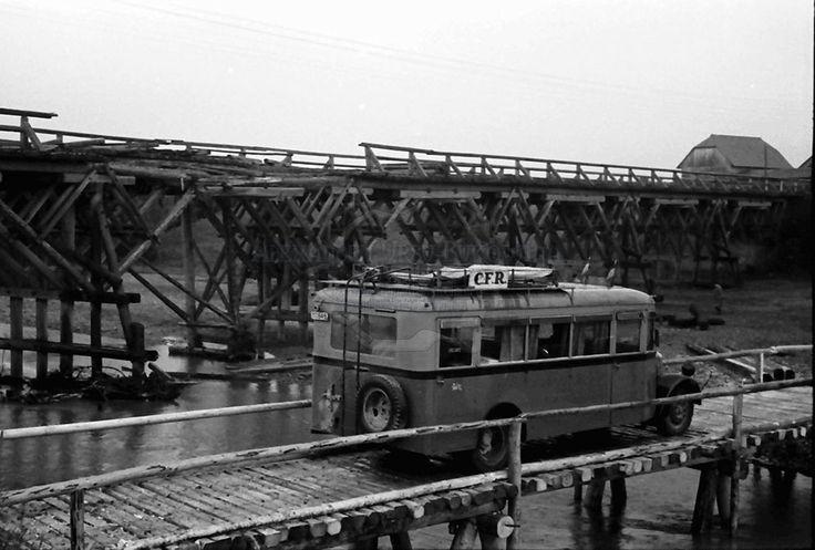 B74.Storojinet und Radauti. Autobus auf einer Notbrücke, Hintergrund gesprengte Hauptbrücke.24. Juli 1941.Fotograf Willy Pragher