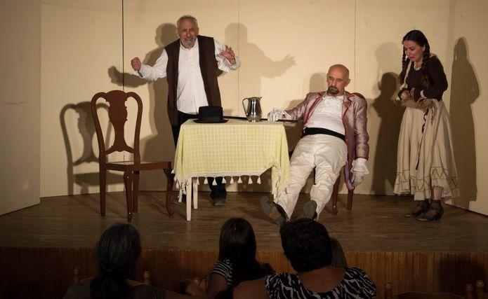Στην αίθουσα πολλαπλών χρήσεων της Ψίνθου δόθηκε τελικά η θεατρική παράσταση «Βραδιές Τσέχωφ» από το Θέατρο Νοτίου Αιγαίου το περασμένο Σάββατο (02/07/16). Οι «Βραδιές Τσέχωφ» ήταν μια διασκευή δύο μονόπρακτων θεατρικών έργων του Αντόν Τσέχωφ, «Αρκούδα» και «Πρόταση γάμου» σε σκηνοθεσία του κ. Ζαχαρ