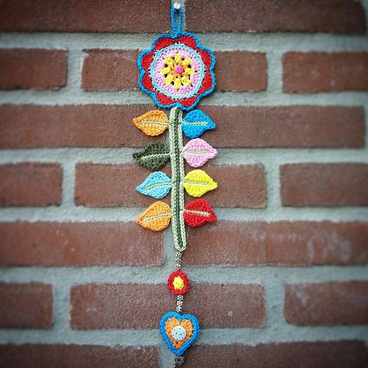 Een gratis Nederlands haakpatroon van een vrolijke bloem hanger. Het haakpatroon van deze vrolijke bloem hanger vind je op haakinformatie!