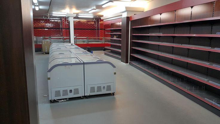 Regały sklepowe i zamrażarki sklepowe z agregatem wewnętrznym. Realizacja wyposażenia supermarketu spożywczego typu Halal Shop w Belgii w mieście Antwerpia.