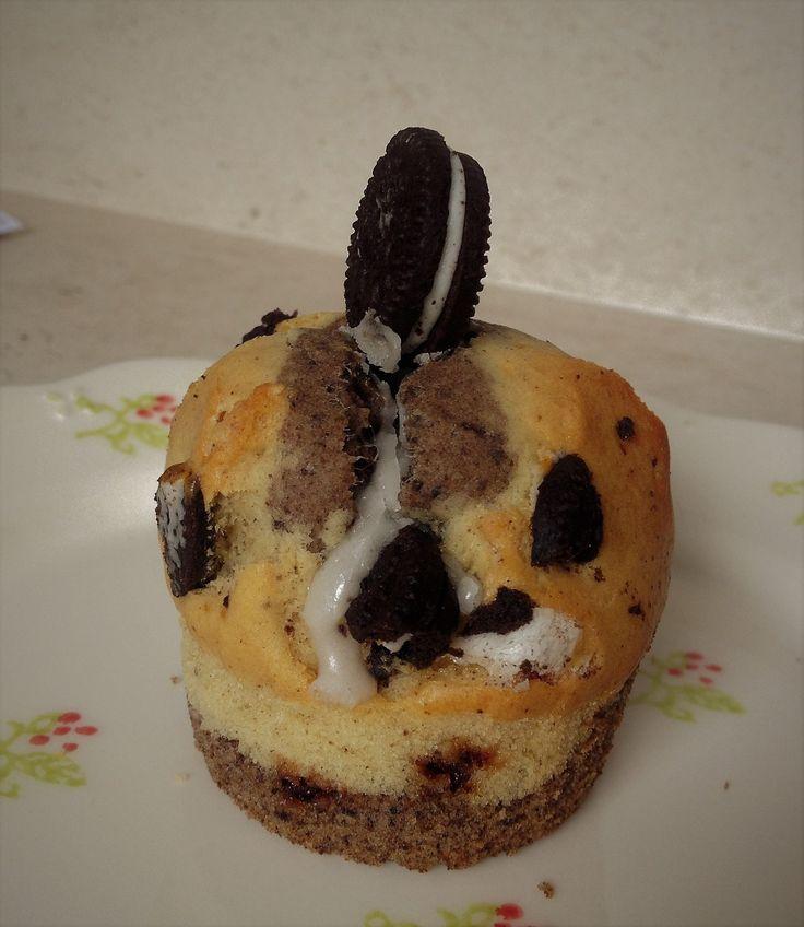 Des gourmandises à faire avec les enfants,pour le goûter,des muffins fondants,croquants, chocolatés ...avec les célèbres petits biscuits Recette adaptée de Fast good cuisine: https://www.youtube.com/watch?v=OqG6b6IVy0Q Pour 6 beaux muffins (on peut facilement...
