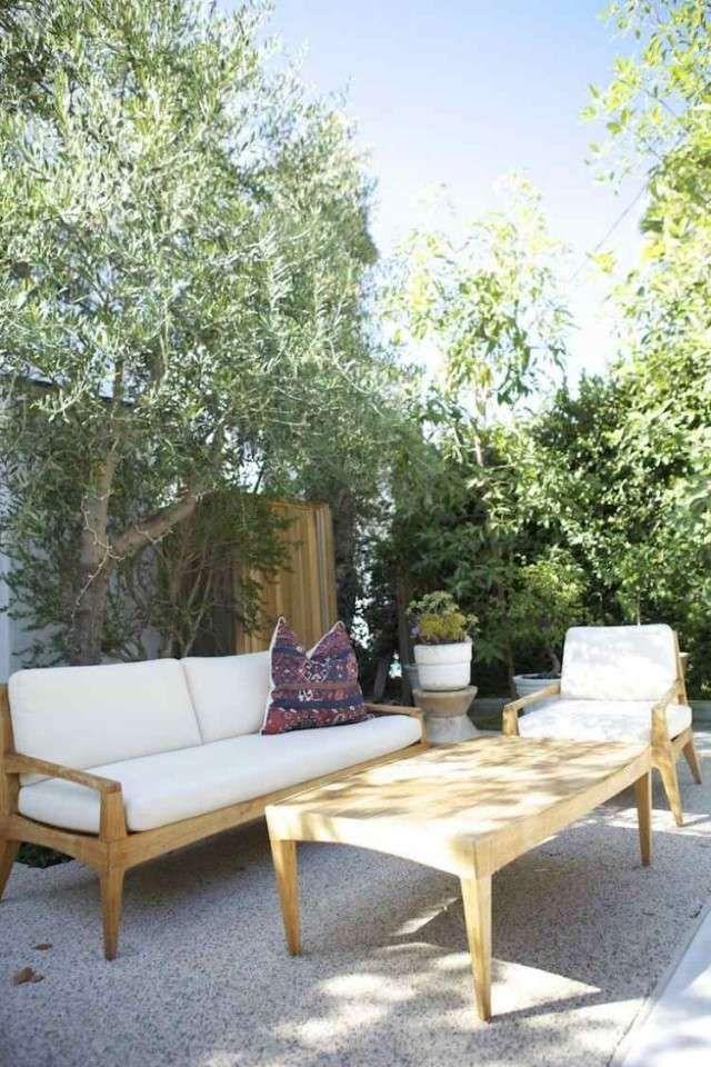 aménagement-jardin-méditerranéen-olivier-canapé-table-fauteuil-bois-terrasse
