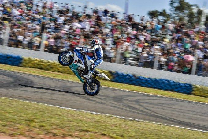 Lussiana bate Pierluigi no Moto 1000 GP com ultrapassagem a duas curvas do fim