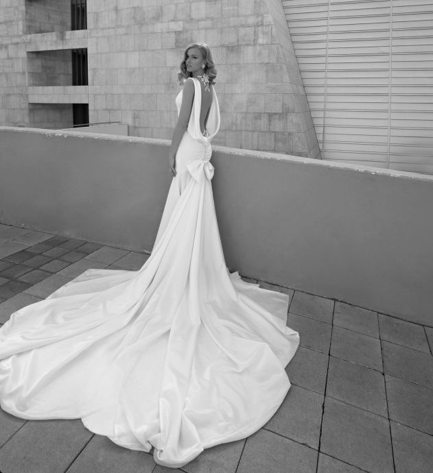 How to Show Off in a Sexy, Open Back Wedding Dress - MODwedding