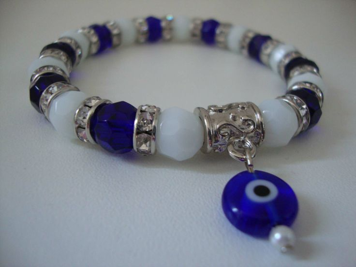 Pulseira azul e branca com pingente de olho grego