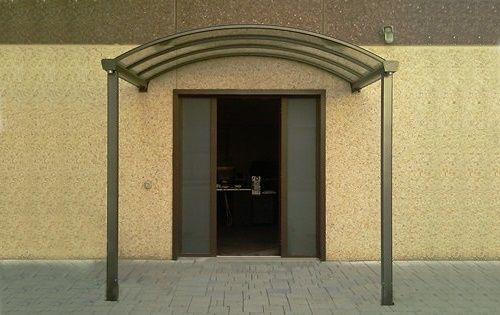 Tettoie e pensiline su misurain alluminio, ferro, vetro, policarbonato e plexiglass. Massima personalizzazione per abbellire e proteggere la Tua abitazione