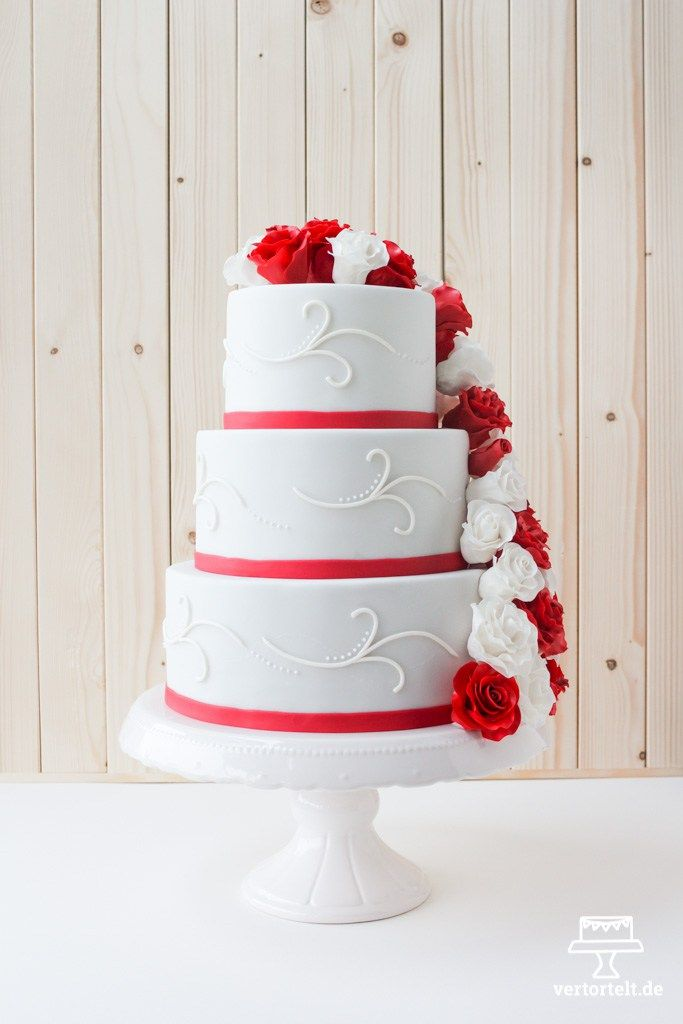 Hochzeitstorte mit Zuckerrosen aus Blütenpaste in rot und weiß | www.vertortelt.de