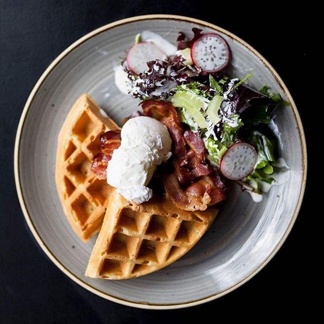 Pročitajte na @buro247hr  kako smo fino jeli u @rocketburgergrill 😍 belgijski waffle, poširano jaje, hrskava slanina #flatlaytoday #flatlays #flatlay #onthetable #fruhstuck #fruhstucktour #rocketburger #rocketburgergrill #buro247hr #buro247 #dobrahrana #hrana #gastrohr #eatzagreb #eatcroatia #joghurt #zagrebcity #zagrebbreakfast #breakfasttime #breakfastclub #breakfastinspo #wafflesandwich #waffletime #salt #volimmeso #kulinarstvo #coolinarika