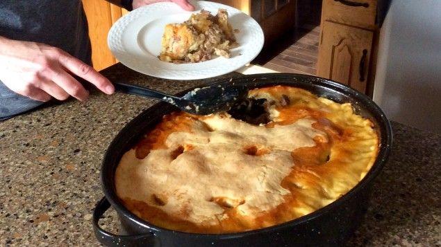 Diane Lavoie est artiste, auteure et traductrice. Elle partage avec nous la recette de cipâte de sa mère, Jeannine Bordeleau. Cette recette familiale lui rappelle de beaux souvenirs et elle aime la cuisiner dans le temps des fêtes.