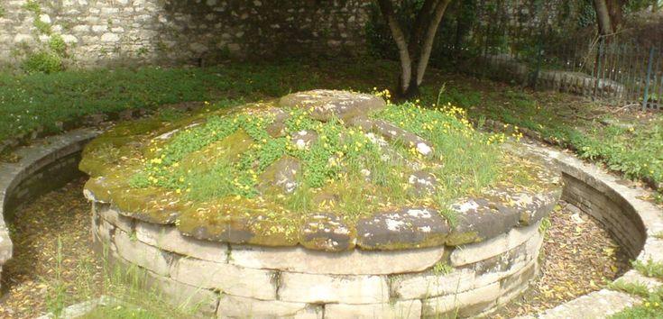 Monumento Funerario de Menecrates, un tesoro en Corfú - http://www.absolutgrecia.com/monumento-funerario-de-menecrates-un-tesoro-en-corfu/