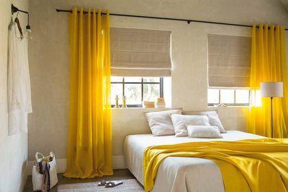 Des rideaux jaune soleil pour illuminer la chambre.