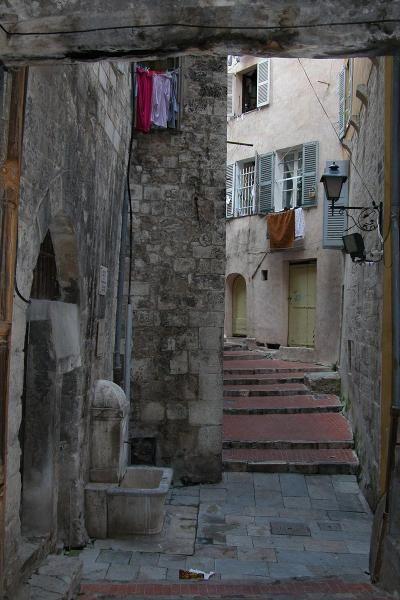 Une ruelle dans le centre ville de grasse guide touristique des alpes maritimes paca