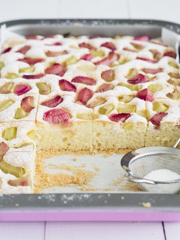 Lekkie ciasto z rabarbarem i cukrem pudrem