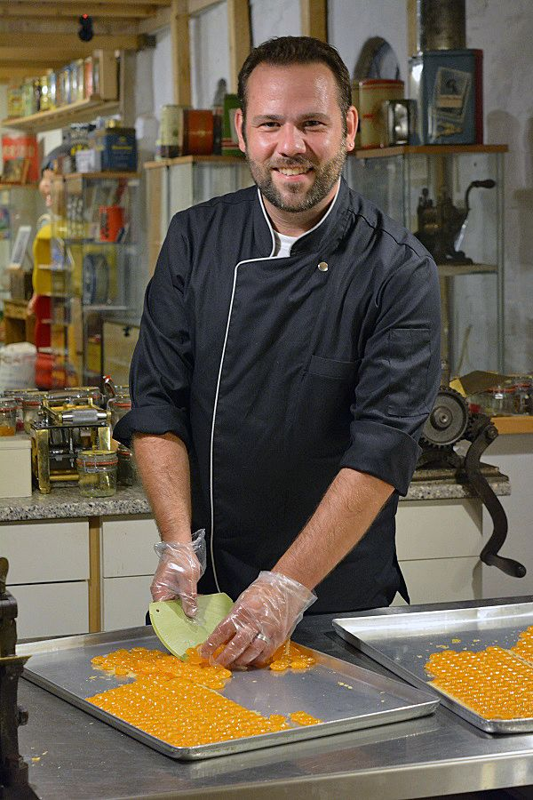 In den vergangenen Jahren habe ich mir die Kunst des Bonbonkochens angeeignet und ich verrate Euch hier wie Ihr Eure eigenen Karamellbonbons machen könnt. Einfach und lecker.