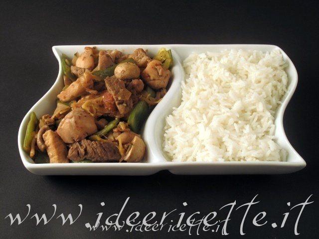 Iniziamo l'anno nuovo con questa bella ricettina di Nanako (dell'anno vecchio) per un piatto unico orientaleggiante... riso con verdure e carne mista... appetitosissimo!!! Ingredienti per 5 persone: - 400 gr di riso basmati - 750 ml di acqua - 2 cucchiaini d'olio evo - 750 gr di sovraccosce di pollo (4) - 200 gr di braciole di maiale senza osso - 300 gr di filetto di manzo - 400 gr di pomodori (3) - 300 gr di taccole - 250 gr di funghi champignon bianchi - 200 gr di porri - 150 gr...