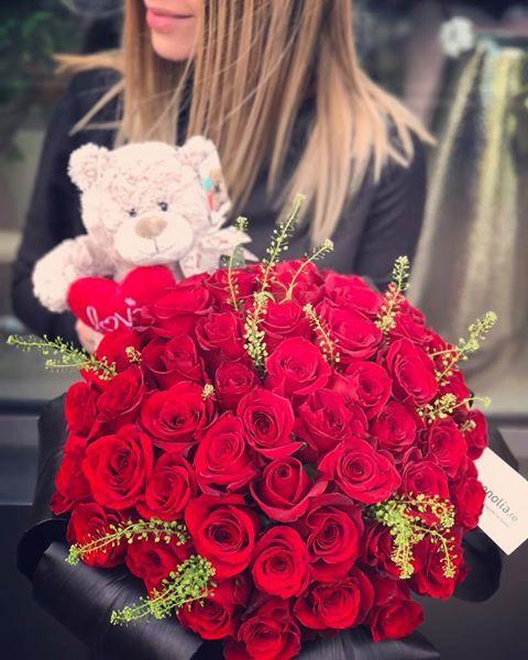 Beautiful red rose bouquet and a teddy bear. Buchet cu trandafiri rosii si un ursulet din plus