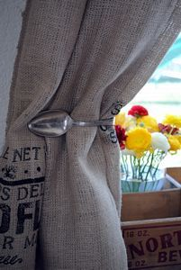 Originales cortinas con sus sujetadores cucharas antiguas dobladas