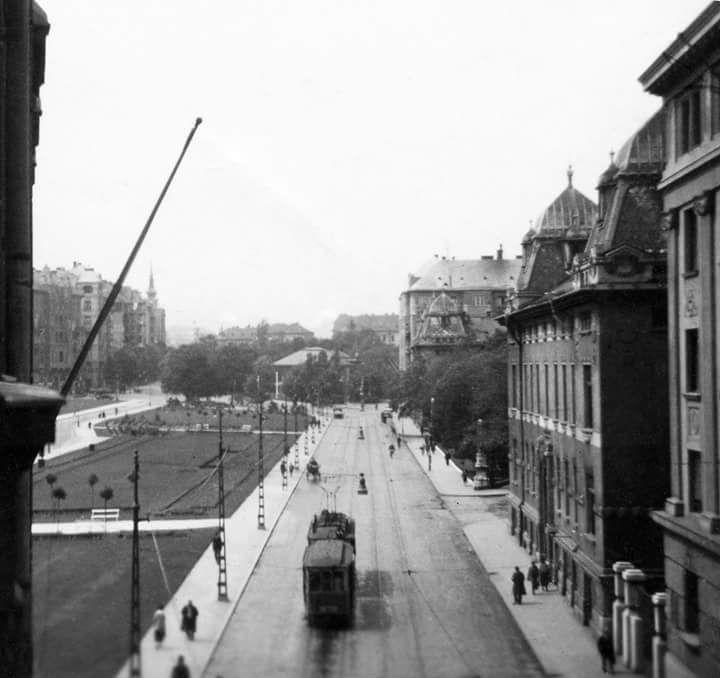 1941. Tabán, Attila út (krt.), a Bethlen udvar felől a Horváth-kert irányába nézve, jobbra a Dózsa György (Palota) teret a Darabont Testőrség laktanyái fogják közre (Fortepan képből kivágás)