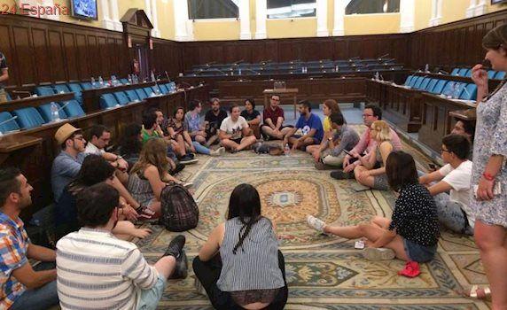 Estudiantes se encierran en el Ministerio exigiendo negociar las becas universitarias