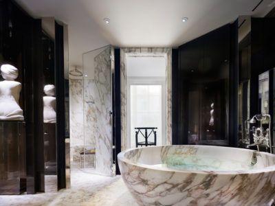 Rosewood London - bathroom | luxury space | #hotelbathroom #whitemarble #art