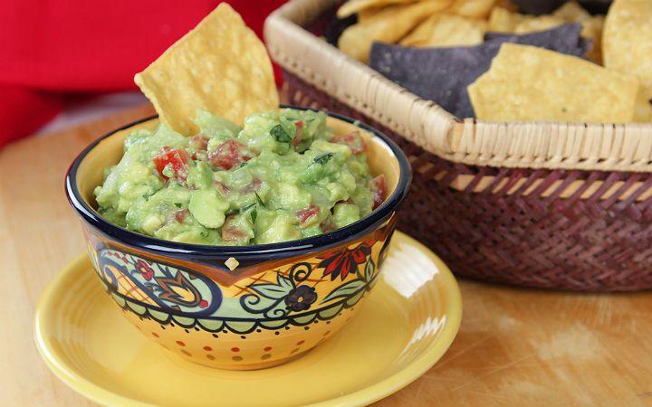 Guacamole sos tarifi; olgun avokado, kırmızı soğan, jalapeno biberi, domates, lime suyu ve zeytinyağının uyumunu yansıtıyor, et yemekleri ile yakışıyor.