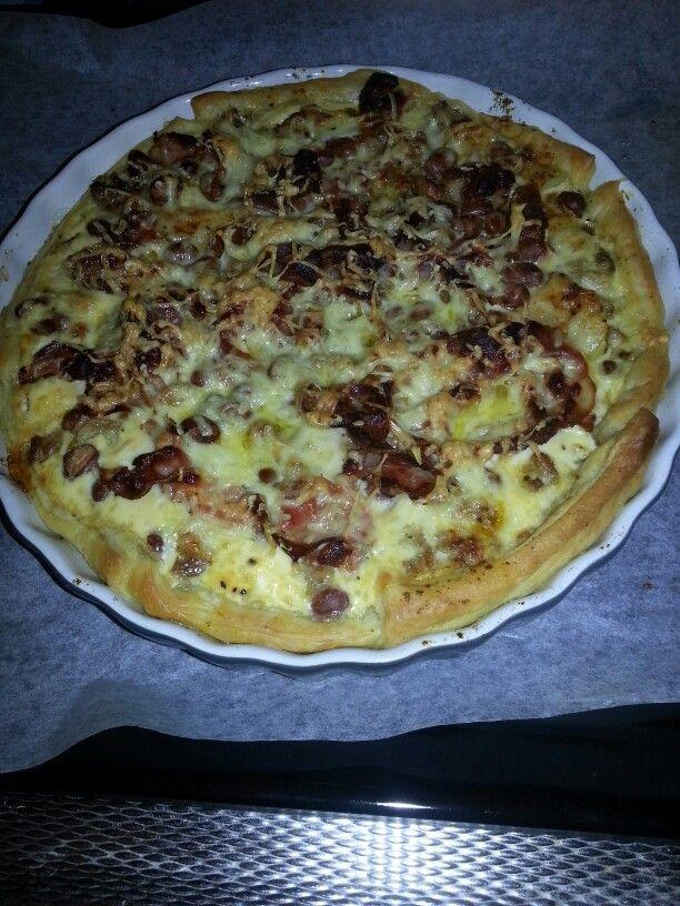 Hartige taart. Bladerdeeg, geruld gehakt, ui, bacon, room met eimengsel. Kaas in de oven op 180graden voor half uur ongv. Smakelijk