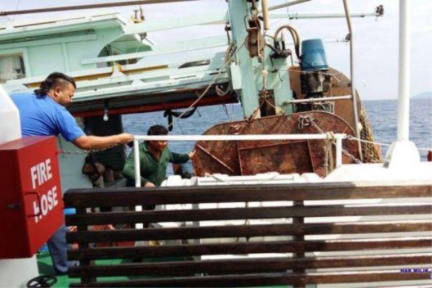 Polis sanggup turun tengah lautan tangkap lelaki hina Kerabat Diraja Johor di atas bot nelayan   Polis terpaksa pergi ke tengah laut untuk menangkap seorang lelaki yang mengeluarkan komen berbaur penghinaan terhadap kerabat Diraja Johor.  Ketua Polis Johor Datuk Wan Ahmad Najmuddin Mohd berkata suspek berusia 46 tahun itu ditahan ketika sedang memancing di atas sebuah bot di Pulau Tioman kira-kira 200km dari sini.  Lagi Individu Hina Kerabat Diraja Johor Ditahan  Penahanan dilakukan pada…