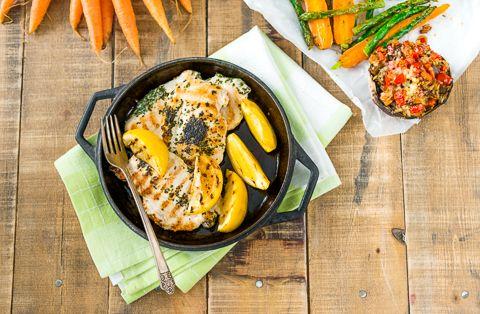 Kananpojan sitruunaiset minuuttipihvit, parsaa ja kesäporkkanoita sekä täytetyt portobellosienet