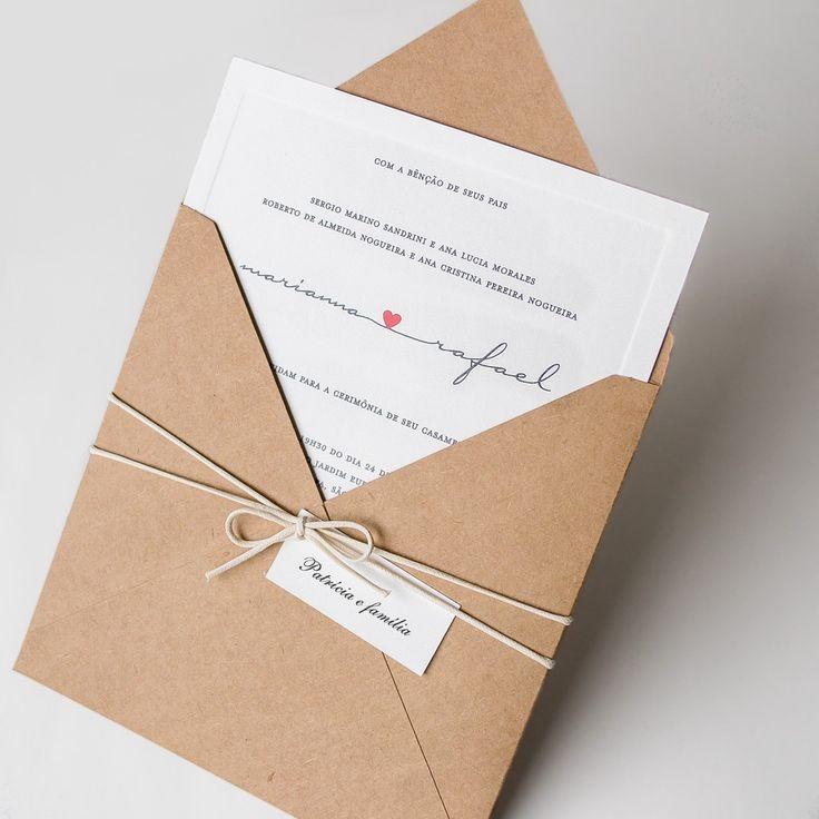 Convite Rafael - Modelo de convite feito em papel Kraft sem textura, com nome dos noivos ligados por um coração
