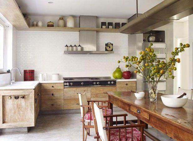 Bela cozinha branca com elementos vintage. Fotografia: Reprodução.