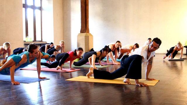 YogaGuru uvádí: Duncan Wong a jeho Love Warrior Flow. Workshop v pražské Novoměstské radnici.