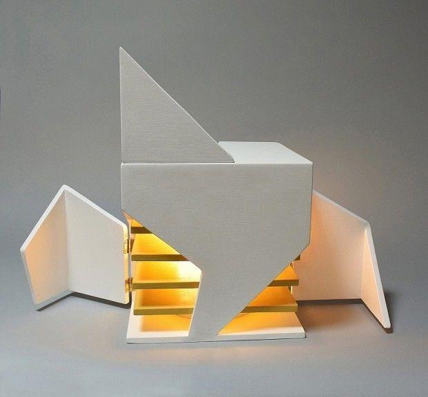Cette sculpture lumineuse qui se rapproche d'une lampe est imaginée par l'architecte et designer Michael Jantzen. Partie d'un cube blanc, cette oeuvre est