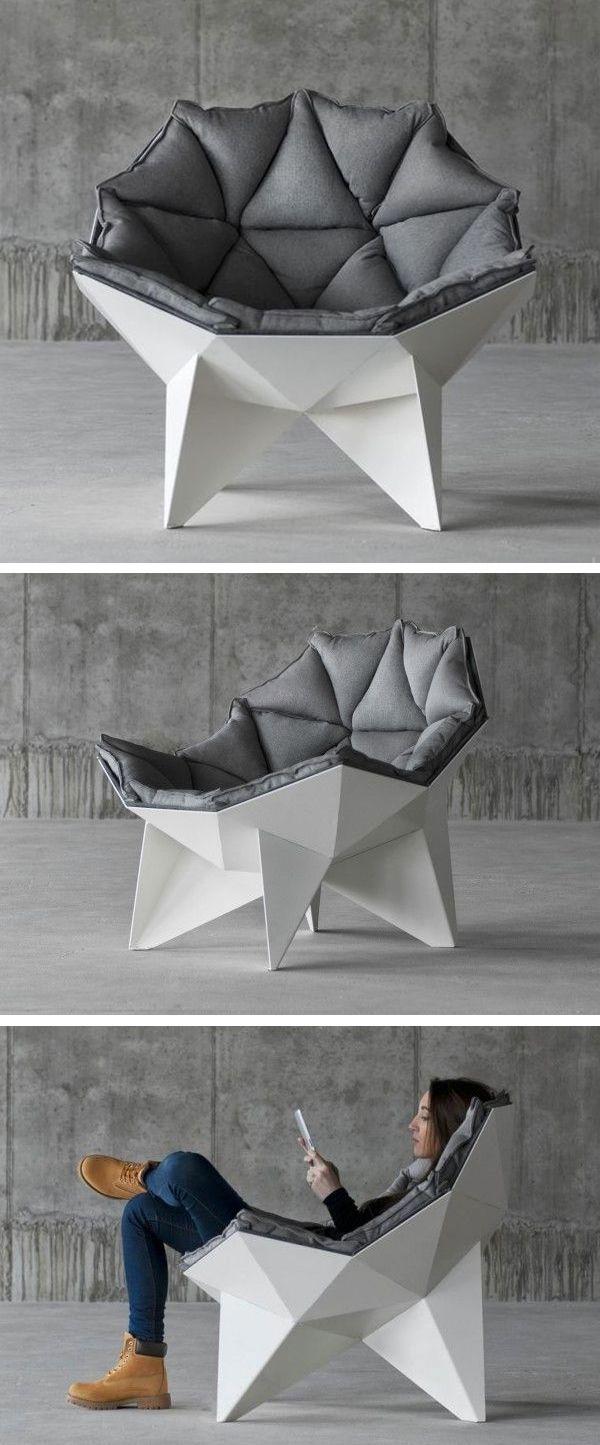 Prachtige loungestoel met meerdere hoeken. De witte frame steekt goed af tegen de mooie donkere kussens van de stoel. De meerdere hoeken maken de stoel uniek en erg interessant.