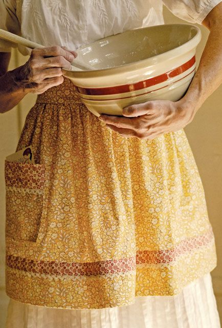 How to make this old-fashioned apronMixing Bowls, Aprons Pattern, Vintage Apron, Mixed Bowls, Patches Blog, Farmhouse Style, Country Life, Gooseberry Patches, Easy Instructions