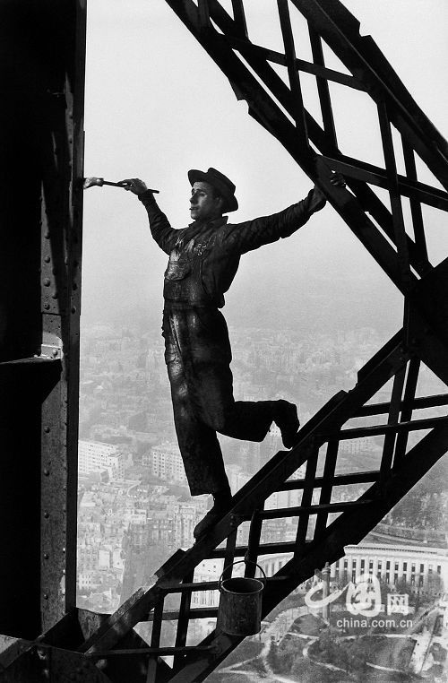 Henri Cartier-Bresson - Painting the Eiffel Tower, 1953 - Howard Greenberg Gallery -- china.org.cn