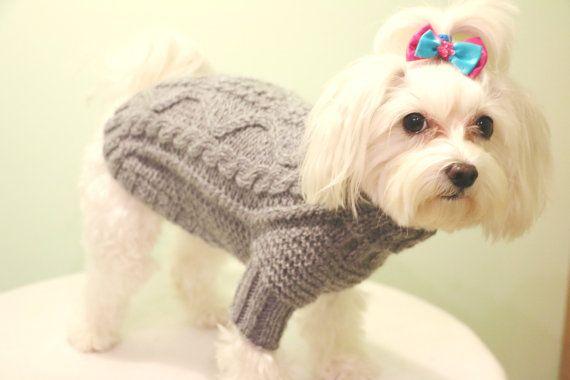 Suéter tejido a mano para perro pequeño (chica) de lana y 15%. Fácil, fácil de quitar y absolutamente suave y acogedora:) EL COLOR DE ESTE SUÉTER ES GRIS CLARO. TAMAÑO: LONGITUD TRASERA - 10,5/ 27 cm CIRCUNFERENCIA del CUELLO: +-7,5/ 18 cm CIRCUNFERENCIA del PECHO: +/-11,5/ 28 cm Este suéter es bueno para un perro con unos 2,00 kg (4,5 libras) de peso. Si usted tiene alguna pregunta, no dude para contactarme!:)