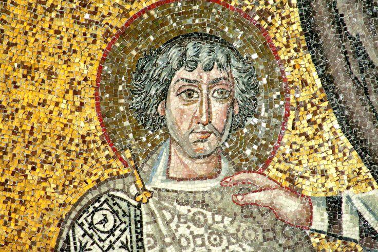 """Basilica di San Vitale, Ravenna. I Mosaici bizantini, 546-547. Il periodo di Giustiniano. SAN VITALE. Un particolare del mosaico """"Cristo in globo fiancheggiato da angeli, dal vescovo Ecclesio e da San Vitale"""""""