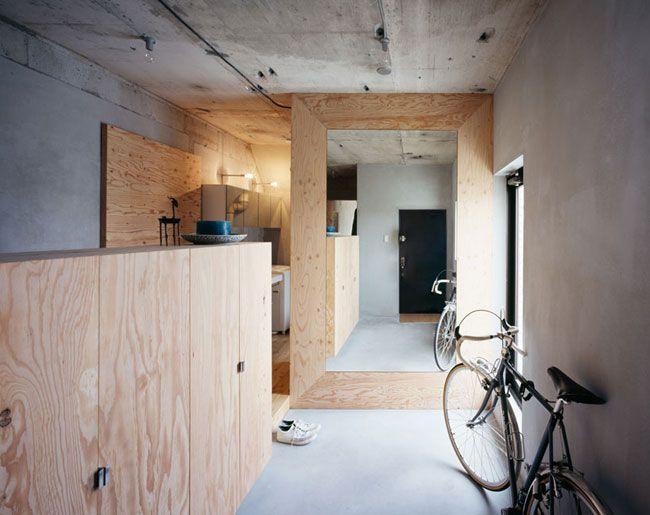 Setagaya Flat is een minimalistisch appartement gevestigd in Tokio, Japan, ontworpen door Naruse Inokuma Architects. De architecten besloten om de muren van het interieur niet af te werken, een ver...