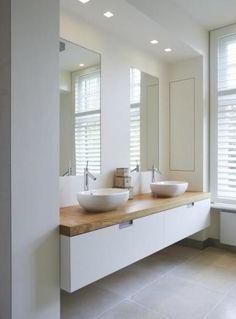 Badkamermeubel: mooi houten blad is top en goed qua stijl: minder kil dan beton en grote lades!!